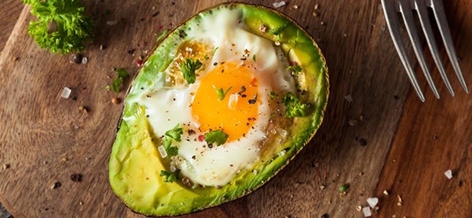 Бърза закуска с яйце и авокадо