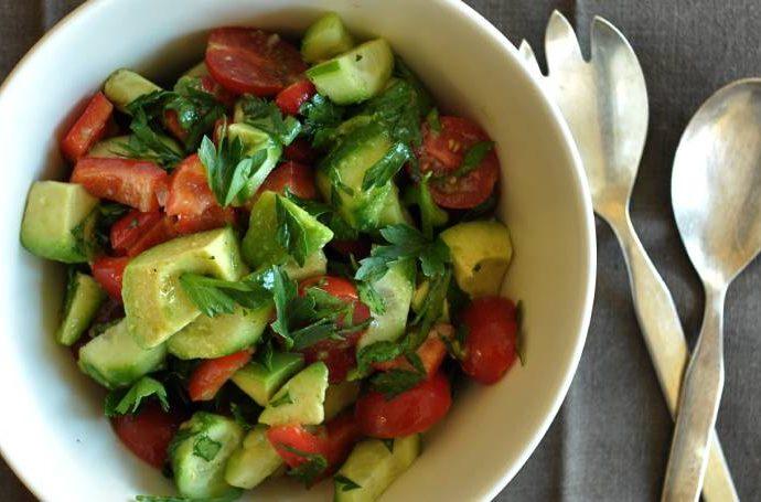 Салата от авокадо и чери домати